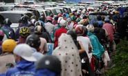 Kẹt xe kinh hoàng, người Sài Gòn bất lực dưới mưa