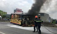 Xe tang bất ngờ bốc cháy ngùn ngụt trên quốc lộ 1A