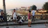 Xe khách tông 1 người chết, 1 người rơi xuống sông mất tích