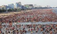 Người dân bỏ nhà ùn ùn lên rừng, xuống biển trốn nắng nóng