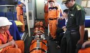 Cứu 2 thuyền viên gặp nạn ở vùng biển Hoàng Sa