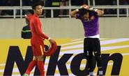 AFC phạt nặng thủ môn Nguyên Mạnh vì đạp lưng cầu thủ Indonesia