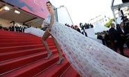Chân dài Kendall Jenner thu hút với váy đuôi dài