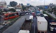 Một xe gây tai nạn đủ khiến xa lộ Hà Nội kẹt cứng