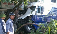 Người đi xe máy ngã, xe container tông sập tường nhà