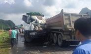 Xe tải đấu đầu xe đầu kéo, tài xế nguy kịch kẹt trong ca-bin