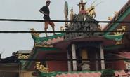 Đang giải cứu thanh niên ngáo đá trên nóc chùa