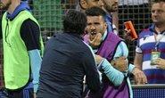 Trợ lý HLV Bosnia đấm gãy răng cầu thủ Hy Lạp