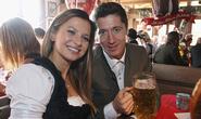 Lewandowski khoe con đầu lòng với cô giáo thể dục