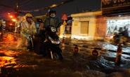 CSGT dầm mưa giúp dân qua đoạn ngập ở Sài Gòn