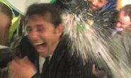 Xem Conte bị học trò dội nước đá