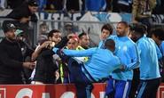 Tái hiện cú kungfu của Cantona, Evra bị đuổi khi chưa ra sân