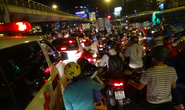 Xe cấp cứu chết đứng trong vòng vây xe cộ ở ngã tư Hàng Xanh