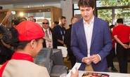 Philippines: Thủ tướng Canada gây náo loạn khi mua gà rán
