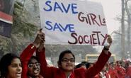 Ấn Độ: Thiếu nữ bị cưỡng hiếp tập thể, ném khỏi tàu