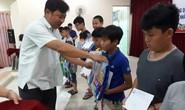 Tặng quà cho 100 con CNVC-LĐ khó khăn