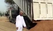 Thái tử Dubai dùng xe sang cứu xe tải mắc kẹt