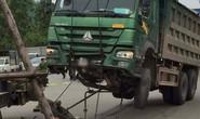 Cẩu xe tải Hổ vồ chở đất lên để lấy thi thể người bị nạn