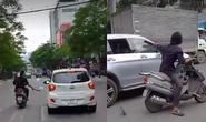 Một thanh niên vô cớ dùng mã tấu chém kính chiếu hậu hàng loạt ô tô
