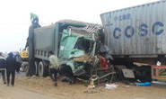 Xe tải đấu đầu xe container, 2 tài xế kẹt trong cabin bẹp dúm