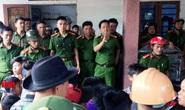 """Dân vây đòi xử"""", điều 2 xe cảnh sát bảo vệ người phụ nữ nghi bắt cóc trẻ em"""