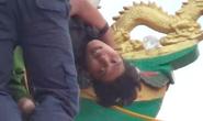 VIDEO giây phút nghẹt thở bắt kẻ ngáo đá trên tháp chùa