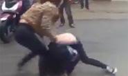 Nữ sinh lớp 10 bị 2 cô gái hành hung trước cổng trường