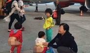 Choáng cảnh tụt quần cho trẻ tè bậy cạnh máy bay