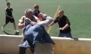 Phụ huynh đánh nhau ngay trước mặt các cầu thủ nhí