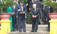 Tổng Bí thư, Chủ tịch Tập Cận Bình cho cá Ao cá Bác Hồ ăn