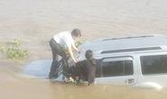 Ô tô tông chết nhân viên bến phà rồi lao xuống sông
