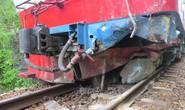 Đá đổ sập xuống đường ray làm đầu kéo tàu hỏa trật bánh
