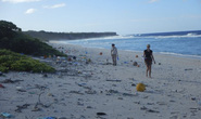 Đảo hoang ngập trong 18 tấn rác thải