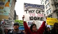 Mỹ: Sắc lệnh nhập cư mới sẽ tha người có thẻ xanh