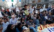 Vụ cháy ở London: Biểu tình sôi sục, thủ tướng Anh tháo chạy