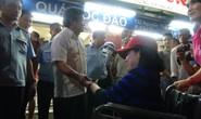 Ông Hải hỏi thăm người khuyết tật khi đòi vỉa hè