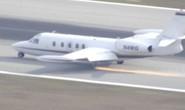 Cận cảnh máy bay rớt bánh hạ cánh tóe lửa