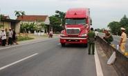 Một CSGT bị xe đầu kéo chạy tốc độ cao hất văng xuống đường