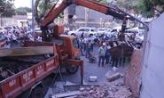 Clip phá dỡ tường, bồn cây của công sở lấn chiếm vỉa hè