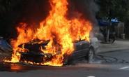 Ô tô 4 chỗ cháy ngùn ngụt khi đang lưu thông