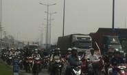 Ngán ngẩm nhúc nhích  trên xa lộ Hà Nội