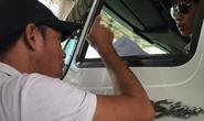 Clip: Cận cảnh người lạ hăm dọa tài xế qua trạm BOT Cai Lậy