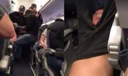 Hành khách bị lôi xềnh xệch khỏi máy bay vì hết chỗ ngồi