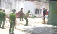 Nam thanh niên cầm dao cứa cổ mình, đe dọa cảnh sát