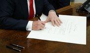 Tân Tổng thống Trump kí sắc lệnh đầu tiên trong phòng Bầu dục