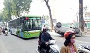 Xế hộp chở 2 mẹ con lật ngửa trên làn đường buýt nhanh