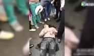 Người phụ nữ cố bắt cóc em bé 2 tuổi bị dân đánh bất tỉnh