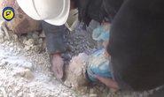Cận cảnh tìm thấy em bé kì diệu Syria trong ngôi nhà trúng bom