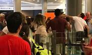 Bị hỏi nhiều, nhân viên sân bay đấm hành khách bế em bé