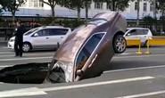 Hố tử thần nuốt siêu xe gần 1 triệu USD